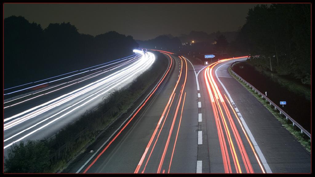 Autobahn A57 bei Nacht