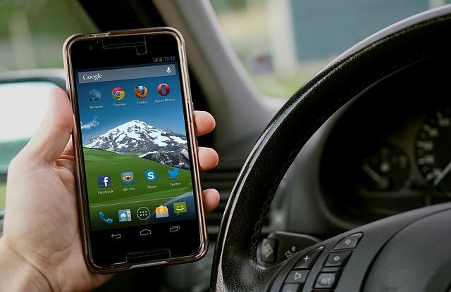 Die Nutzung eines Handys bzw. Smartphone am Steuer kann richtig teuer werden. Wird man mehrfach mit Handy am Steuer erwischt, kann das sogar ein mehrmonatiges Fahrverbot nach sich ziehen.