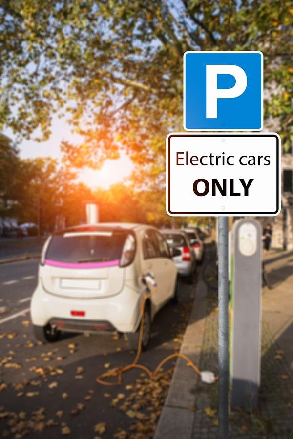 """Parken ohne Elektrofahrzeug bei Zusatzschild """"Elektrofahrzeuge"""" – Ordnungswidrigkeit? width="""
