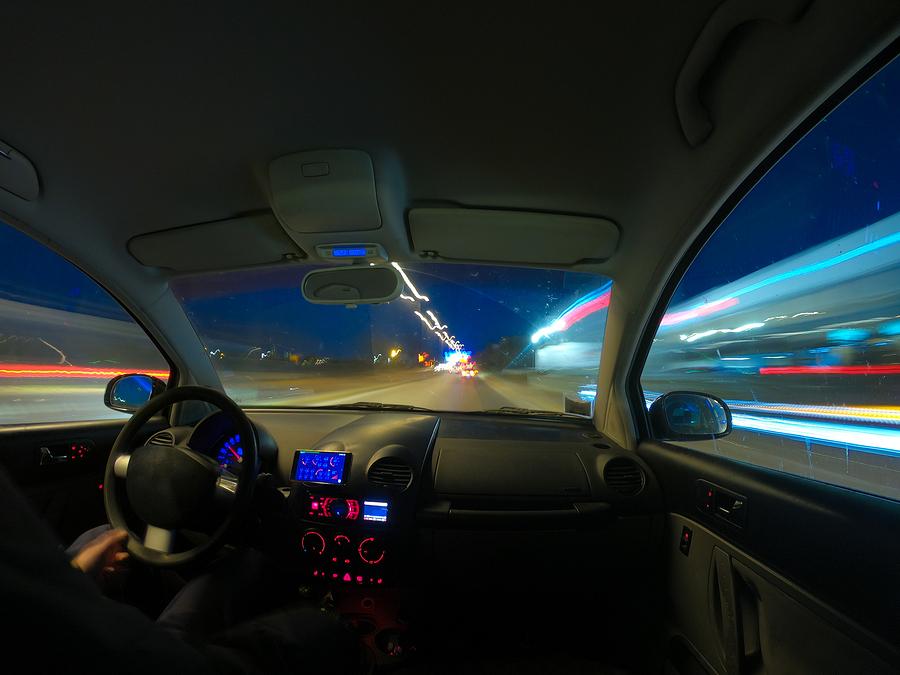 Geschwindigkeitsmessung durch Nachfahren mit einem Polizeifahrzeug bei Dunkelheit