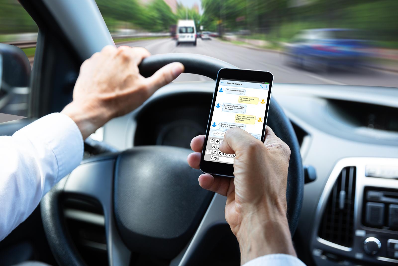Vorsicht bei Blitzer-App auf Mobilfunktelefon und diese App während der Fahrt aufgerufen ist