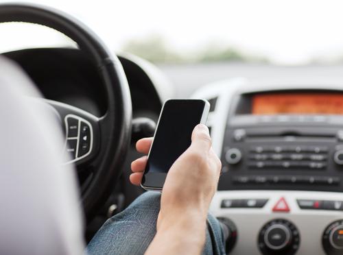 Mobiltelefonnutzung bei stehendem Fahrzeug