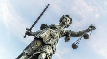 Wartepflicht des Gerichts bei angekündigter Verspätung des Betroffenen