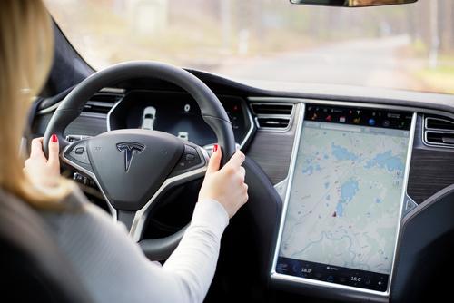Tesla – Touchscreen im Fahrzeug ein elektronisches Gerät?