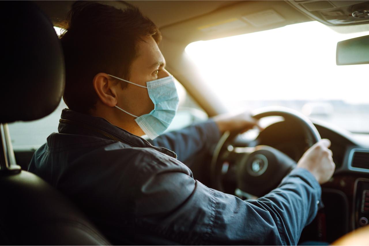 Tragen eines Mund- und Nasenschutzes beim Autofahren