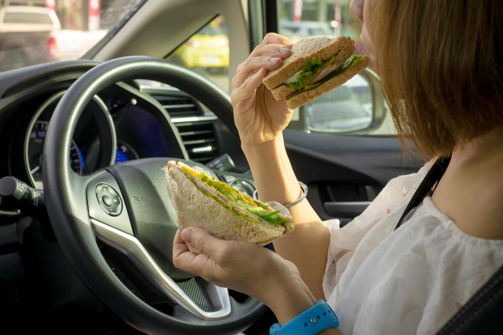 Fahren mit nicht angepasster Geschwindigkeit bei Zubereitung und Verzehr von Speisen