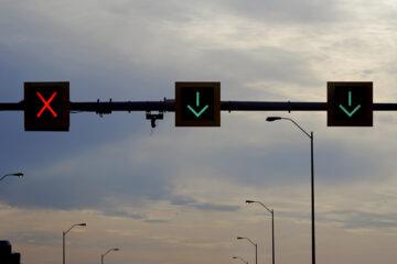 Geschwindigkeitsüberschreitung und Missachtung roter gekreuzter Schrägbalken