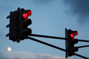Qualifizierter Rotlichtverstoß – Verhängung eines Regelfahrverbots bei Mitzieheffekt